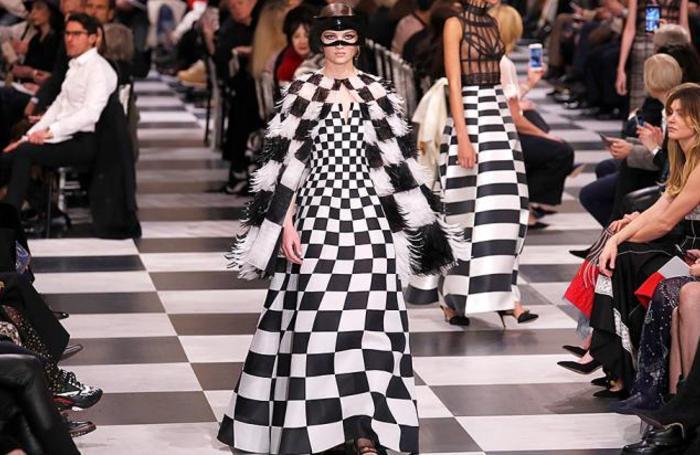 На показе Christian Dior во время Недели моды Haute Couture в Париже, Франция.