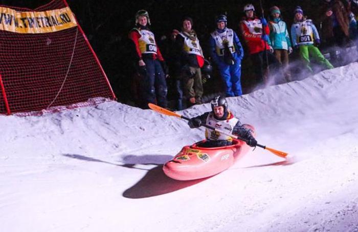 Участник соревнований по снежному каякингу на Воробьевых горах в Москве, Россия 24 февраля 2018 года.
