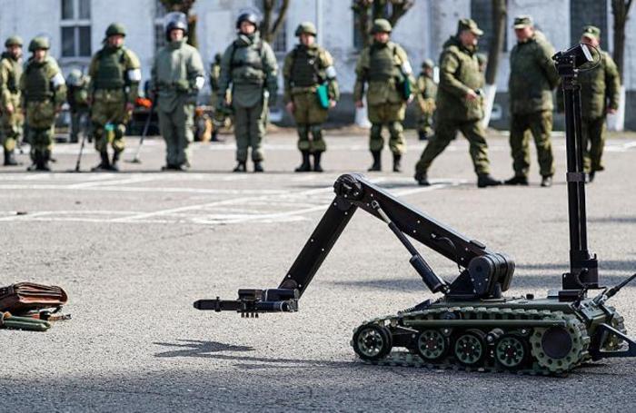 Саперный робот легкого класса «Кобра-1600» во время тестирования новой техники на территории 69-го гвардейского Краснознаменного отдельного Могилевского ордена Кутузова II степени морского инженерного полка в Калининградской области, Россия.
