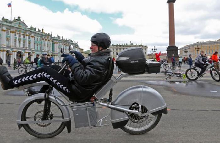 Велосипедисты во время открытия велосипедного сезона на Дворцовой площади в Санкт-Петербурге, Россия 22 апреля 2018 года.