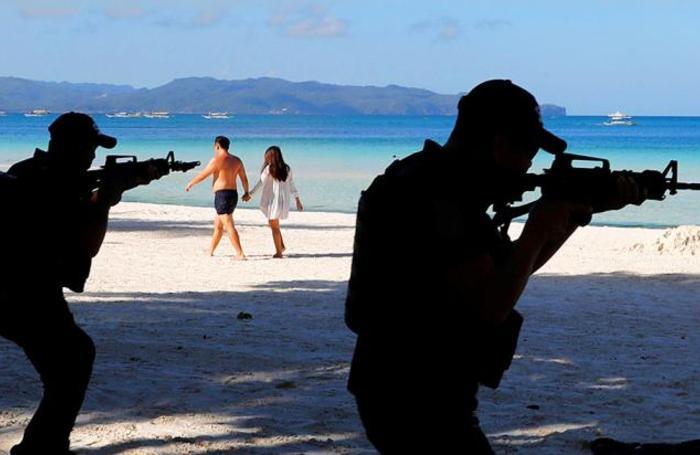 Учения военной полиции на случай протестов работников туриндустрии на острове Боракай, Филлипины. Президент страны Родриго Дутерте принял решение о закрытии острова с 26 апреля на шесть месяцев из-за экологических проблем. Белые пески пляжей Боракая считаются одними из самых красивых на планете.