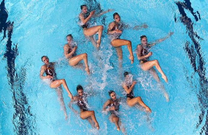 Спортсменки из Москвы во время выступления с произвольной программой на соревнованиях среди групп на чемпионате России по синхронному плаванию во Дворце водных видов спорта в Казани, Россия.