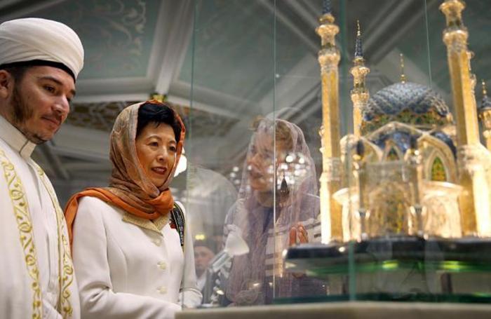 Имам мечети Ильфар Хасанов и принцесса Японии Хисако Такамадо во время посещения мечети Кул-Шариф в Казани, Россия 21 июня 2018 года. Этот визит в Россию представителя японской императорской семьи стал первым с 1916 года.