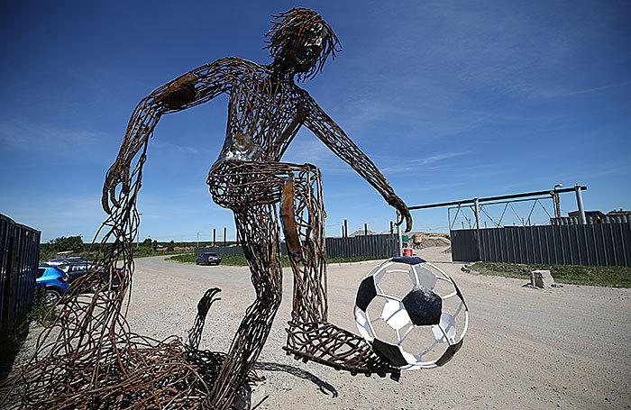Скульптура футболиста из металлолома в Казани.