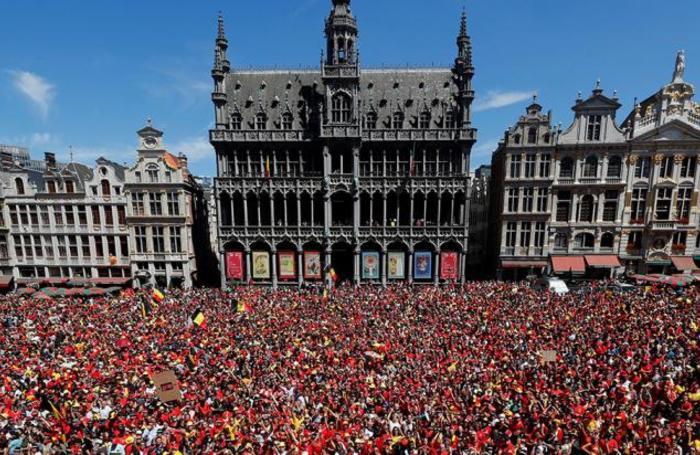 Бельгийские болельщики на площади у мэрии Брюсселя в ожидании национальной команды. Сборная Бельгии впервые в истории завоевала бронзу ЧМ по футболу.