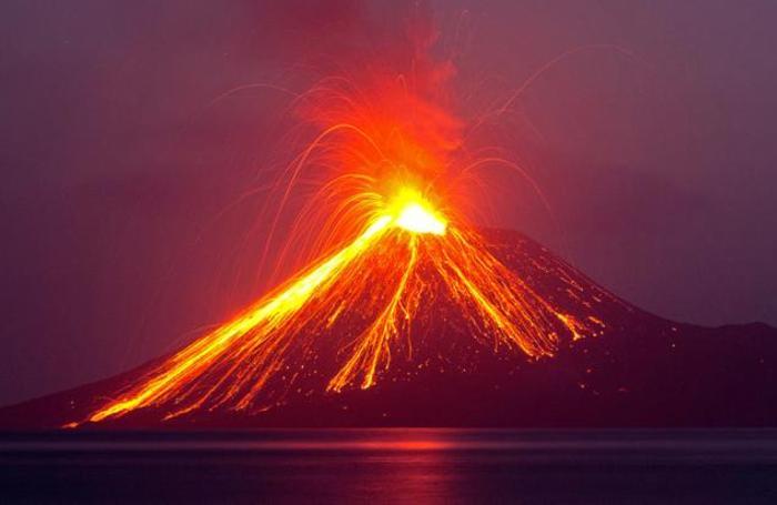 Извержение вулкана на острове Анак-Кракатау. Индонезия.