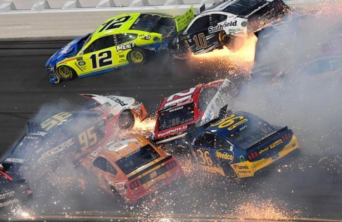 Столкновение участников гонки Daytona 500 на автодроме Daytona International Speedway во Флориде, США.