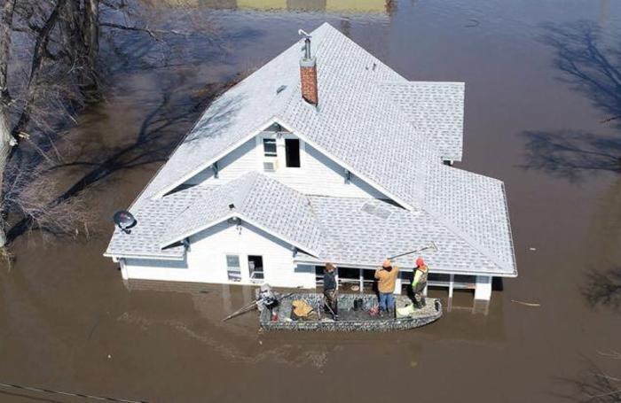 Последствия разлива реки Миссури у города Гленвуда. Штат Айова, США.