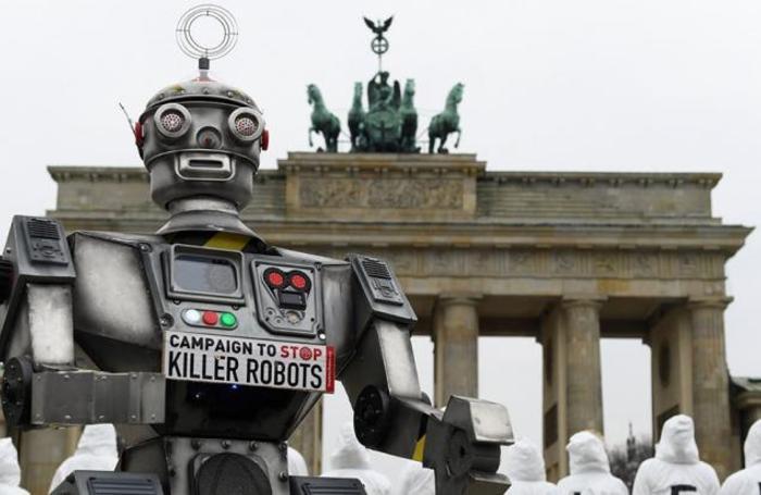 Акция протеста против боевых роботов у Бранденбургских ворот в Берлине. Многие производители оружия уже сейчас внедряют разнообразные виды автоматизации, и активисты хотят предотвратить появление роботов-убийц еще до их создания.