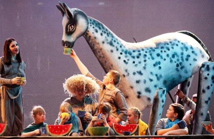 Спектакль «Сны Пиросманни» на фестивале «Золотая маска» в Центральном детском магазине в Москве.