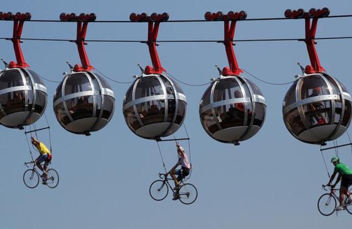 Шоу перед стартом очередного этапа велогонки «Тур де Франс».
