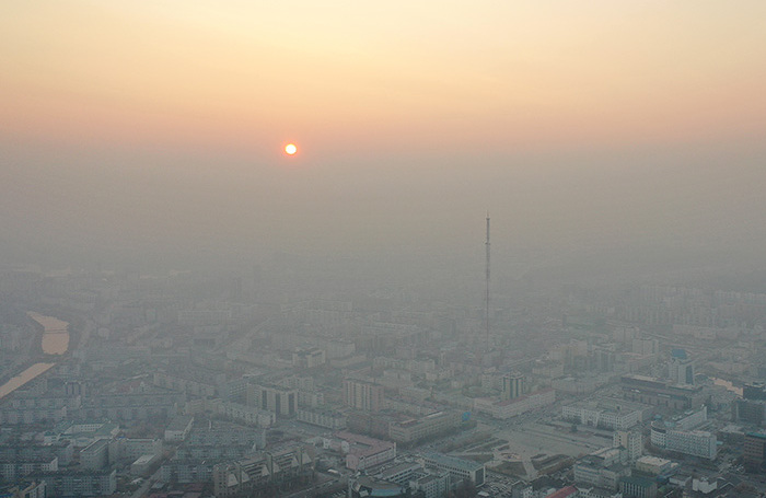 Вид на Якутск, окутанный дымом от лесных пожаров. В труднодоступных районах Якутии горит свыше 400 гектаров леса. По сообщению исследователей, в Якутске в результате задымления повышена предельно допустимая концентрация загрязняющих веществ по двум показателям.