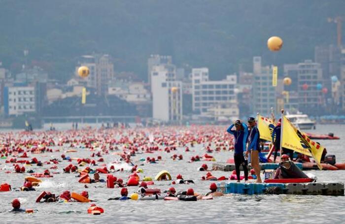 Ежегодный карнавальный заплыв на озере Sun Moon в Тайване.