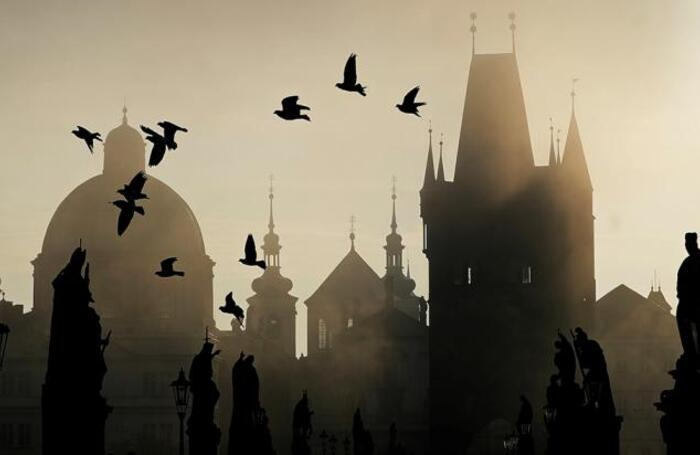 Рассвет над Карловым мостом в Праге.