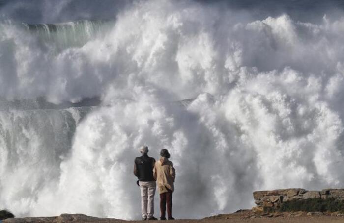 На северо-западе Испании объявлен оранжевый уровень опасности из-за приближающегося шторма «Эпсилон».