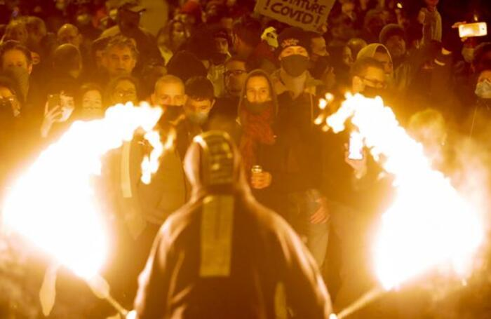 Акция протеста против комендантского часа в период пандемии COVID-19 в бельгийском Льеже.