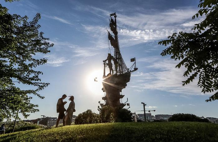 Вид со стороны парка искусств «Музеон» на памятник Петру I работы Зураба Церетели на искусственном острове, насыпанном у разделенияМосквы-рекииВодоотводного канала.