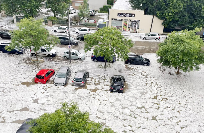 Последствия шторма и града в пригороде Лиона. Юго-восток Франции.