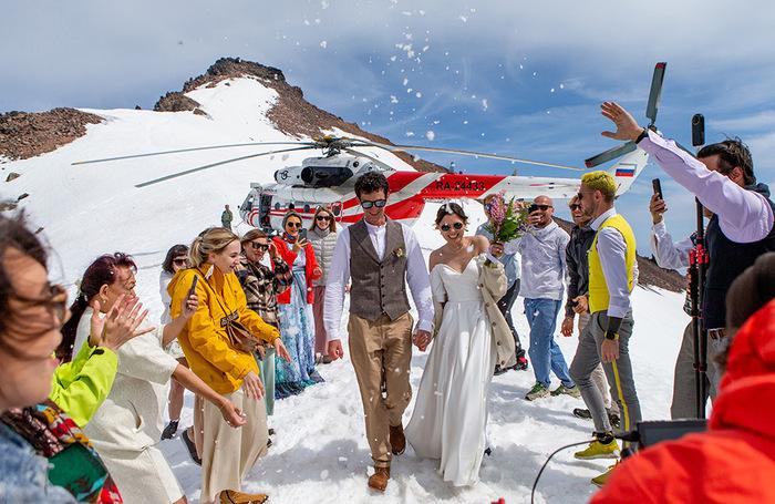 Свадьба на вершине вулкана Вилючинский в Камчатском крае. Его высота составляет 2173 метра над уровнем моря. На место церемонии новобрачных и гостей доставил вертолет Ми-8.