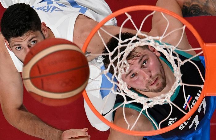 Эпизод баскетбольного матча. Слева направо: Патрицио Гарино (Аргентина) и Лука Дончич (Словения).