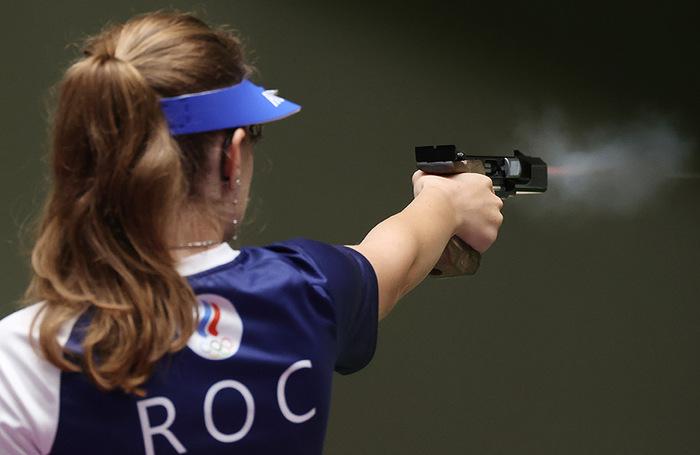 Россиянка Виталина Бацарашкина (золотая медаль) на огневой позиции во время финальных соревнований. Стрельба. Пистолет, 25 метров.