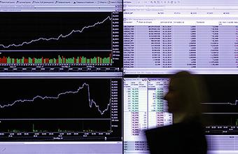 Праздничные торги: рубль укрепляется на фоне дорожающей нефти