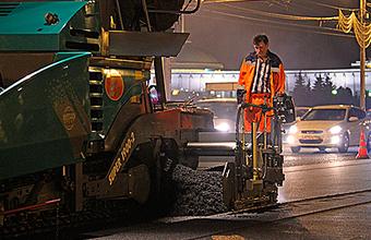 Из-за укладки асфальта машины в Москве тракторами перемещают в запрещенные места
