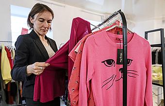 На благотворительной барахолке можно купить одежду звезд и помочь больным детям