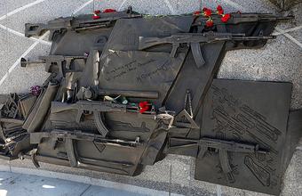 Новый курьез с памятником Калашникова: полиция перепутала рабочих с вандалами