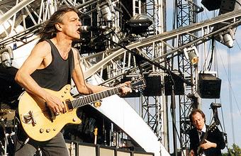 Один из величайших гитаристов всех времен: не стало основателя группы AC/DC Малькольма Янга