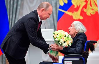 «Знамя и сила правозащитного движения» — в Кремле наградили главу Хельсинкской группы