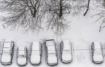 Москву накрыло снегом, коммунальщики не справляются