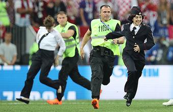 Участники Pussy Riot остановили финальную игру, выбежав на поле