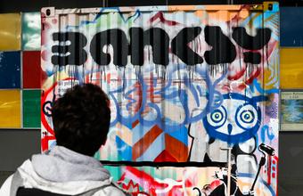«Я не беру с людей деньги за то, чтобы посмотреть мои работы». Почему возник скандал вокруг выставки Бэнкси в Москве?