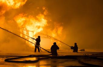 «Ущерб, безусловно, огромен». На заводах Sаudi Aramco из-за атаки дронов случились сильные пожары
