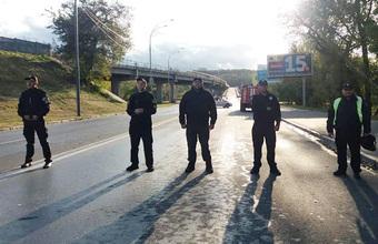 «Выехал на мост в белом кабриолете и размахивал украинским флагом». Задержали мужчину, угрожавшего взорвать метромост в Киеве