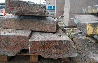 Москвичи поднимались в Театр эстрады по могильным плитам