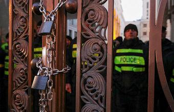 Оппозиция в Тбилиси не пускает депутатов в парламент