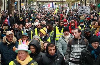 Францию парализовали пенсионные забастовки