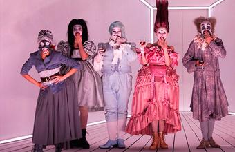 Рэп, барокко, много поролона и крики в мегафон: новый «Тартюф» в Театре на Таганке