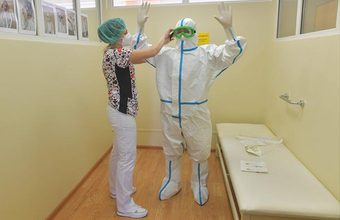 Мишустин потребовал обеспечить безопасность работы медиков. Возможно ли это в условиях пандемии?
