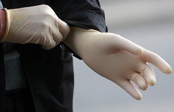 Ходить без перчаток можно, покупать — нельзя: как соблюдают режим в московских магазинах?