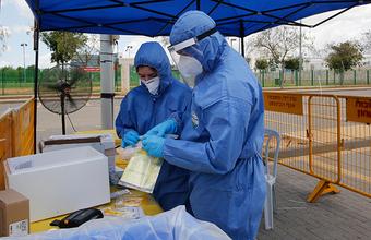 «Уже казалось, что все сходит на нет». В Израиле вновь открывают пункты проверок на коронавирус
