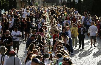 Прощание с карантином. В Праге для горожан накрыли 500-метровый стол