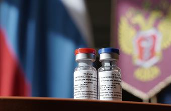 Прививка дочери Путина и неопубликованные протоколы. Что известно про российский препарат от COVID-19?