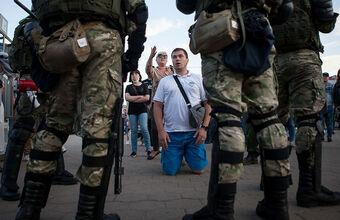 Нападения на машины, задержания во дворах, стрельба по окнам: как прошла третья ночь протестов в Белоруссии
