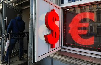 «Известия»: россияне скупают валюту