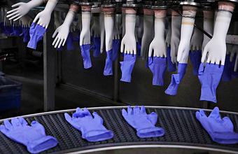Главный инфекционист Минздрава назвал ношение перчаток избыточной мерой. Производители уверены, что перчаток на всех не хватит