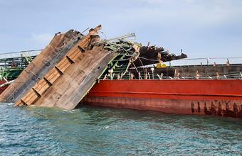 СК возбудил уголовное дело после взрыва на нефтяном танкере в Азовском море