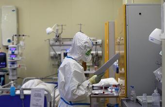 Опрос: половина российских врачей заявили о падении доходов во время пандемии COVID-19